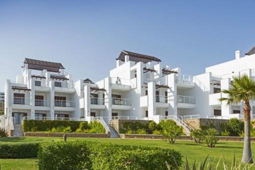 Großzügiges Dachgeschoss-Apartment mit Meerblick in geschlossen Komplex direkt am Strand in Casares
