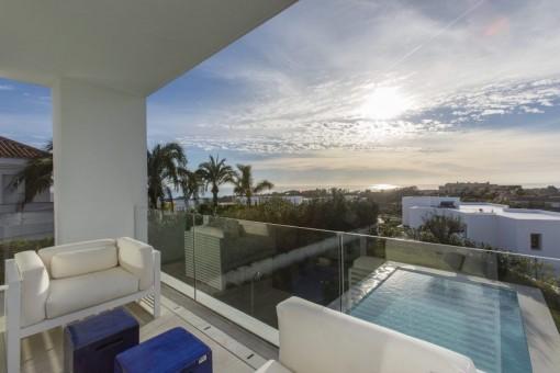 Neubauvilla im zeitgenössischen Stil  in Golfplatznähe mit 5 Schlafzimmern im Osten Marbellas