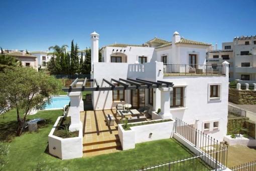 Brandneue 4 Schlafzimmer Villa mit privatem Pool und Garten an der New Golden Mile, Estepona