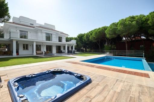 Hochwertige, geräumige Neubauvilla in ruhiger Wohnlage in Marbella Ost