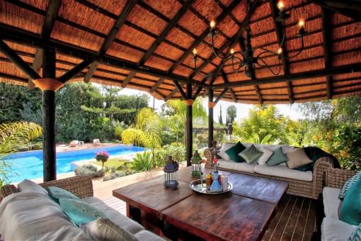 Loungebereich neben dem Pool