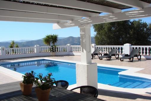 Landhaus mit wunderschöner Aussicht und tollem Pool in Canillas De Aceituno
