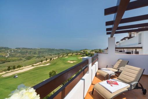 Schöne Dachgeschosswohnung mit Meerblick im Golf Resort in Estepona