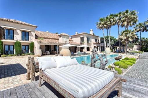 Großzügiger Poolbereich mit Anblick zur Villa
