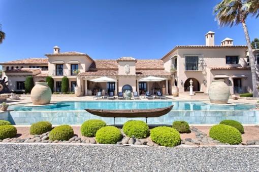 Einzigartiger Blick von der Villa mit dem Poolbereich davor