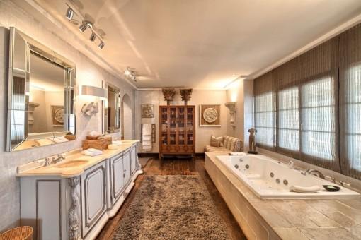 Beeindruckendes Badezimmer mit Hydromassage-Badewanne