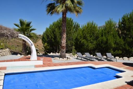 Poolbereich mit Sonnenliegen