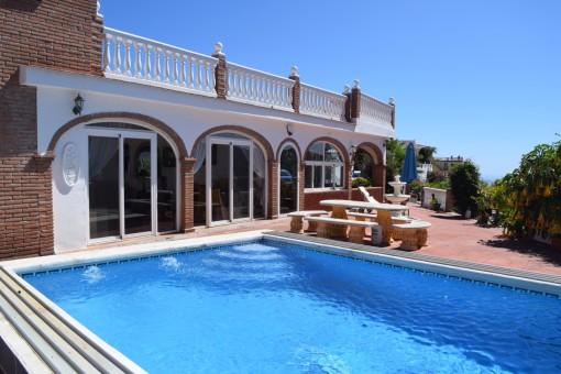 Elegante Villa mit Pool und Dachterrasse in Torrox