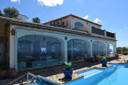 Luxuriöse Finca mit Infinity-Pool und Panoramablick in Arenas