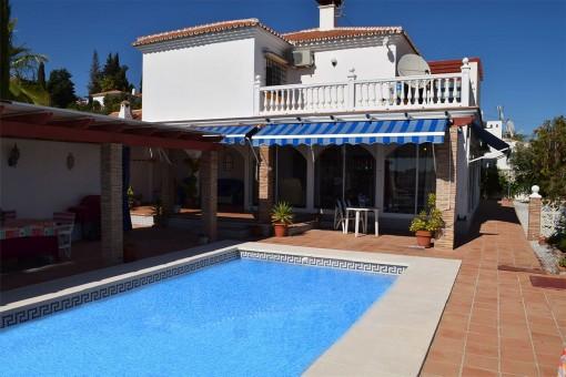 Herrliche Villa mit sonniger Terrasse und Pool in Benajarafe