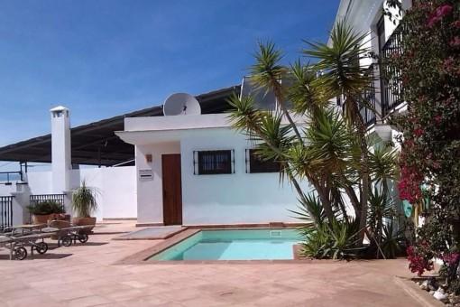 Charmantes Stadthaus mit sonniger Terrasse und Pool in Vélez-Málaga