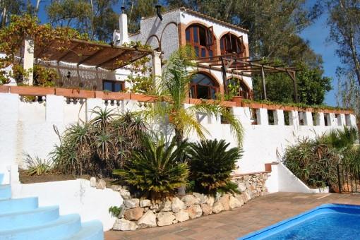 Finca auf einem wunderschönem Grundstück mit verschiedenen Terrassen, Pool und altem Baumbestand in Cómpeta