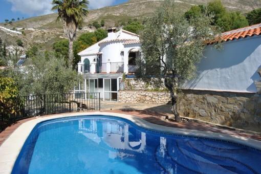 Ausgezeichnete Villa mit Gästewohnung, privatem Pool und Doppelgarage in Cómpeta, Málaga