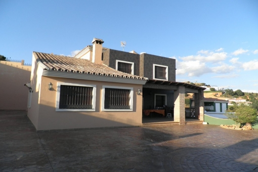 Charmante villa mit 6 Schlafzimmern und Meerblick in Estepona
