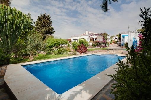 Schöne Villa auf einer Ebene mit  privaten Swimmingpool in Estepona