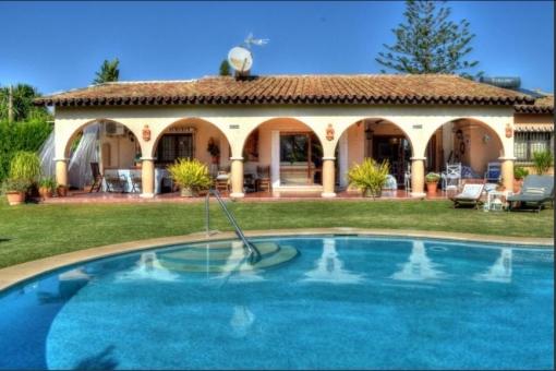 Ausgezeichnete Villa auf einer Etage mit Poolbereich in Estepona